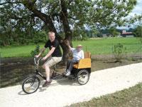 Mitarbeiter udn Bewohnerin des Haus Charlotte von Kusserow auf Fahrrad